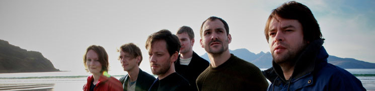 British Sea Power am Strand von Eigg, Innere Hebriden, Schottland. Foto: Rough Trade